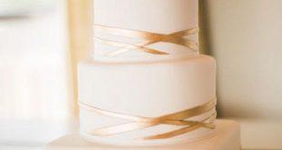 weiße und goldene Hochzeitstorte einfach aber elegant
