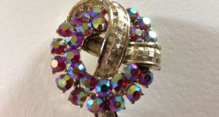 Vintage Red Aurora Borealis Rhinestone & Gold Metal Wreath and Textured Ribbon Brooch Pin